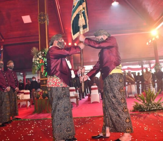 Marsono memberikan panji lambang daerah pada Bupati Maryoto Birowo saat prosesi bersih nagari, Rabu (18/11).