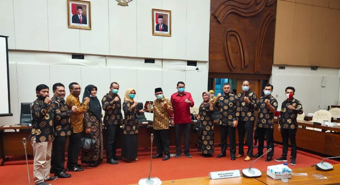 Foto bersama rombongan Komisi B DPRD Tulungagung, anggota Komisi IV DPR RI dan Arteria Dahlan seusai acara RDP.