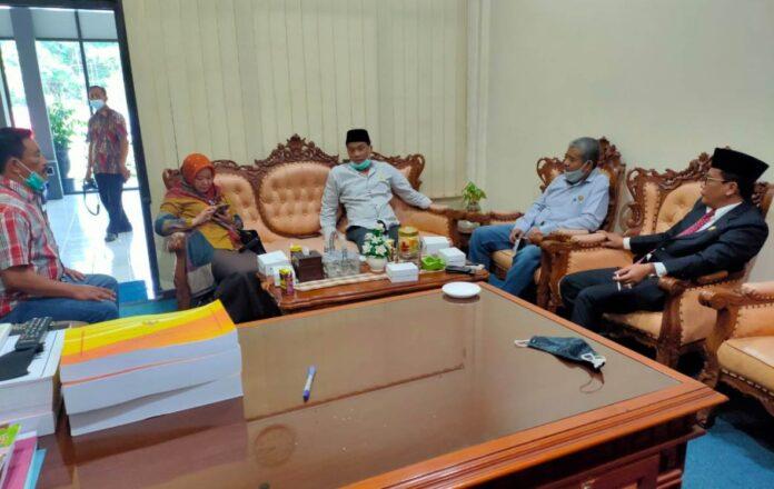 Adib Makarim saat menerima kunjungan pimpinan DPRD Kabupaten Blitar, Selasa (10/11).
