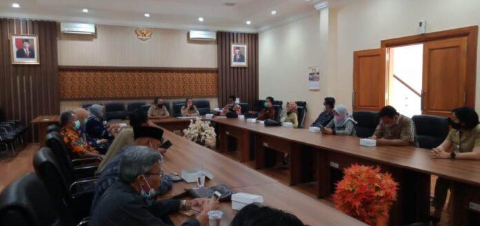 Susilowati saat menerima kedatangan pimpinan dan Bapemperda DPRD Kabupaten Wonogiri, Senin (2/11).
