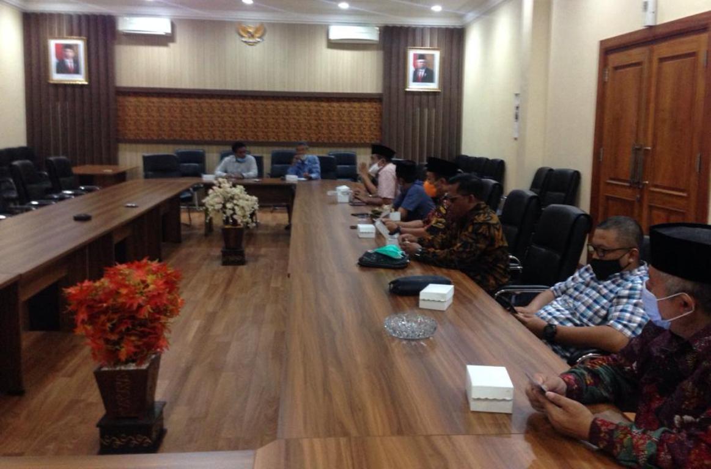 Yuwono Pramudianto saat menerima pimpinan dan anggota Komisi IV DPRD Kabupaten Pasuruan di Ruang Aspirasi Kantor DPRD Tulungagung, Selasa (17/11).