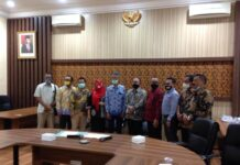 Yuwono Pramudianto bersama pimpinan dan anggota Komisi II DPRD Kota Probolinggo seusai pertemuan, Selasa (17/11).