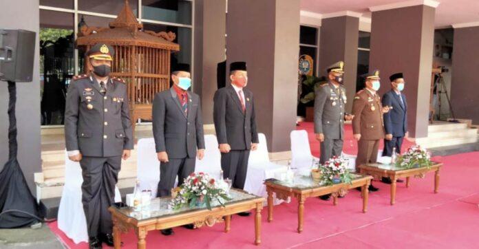Marsono bersama Forkopimda Kabupaten Tulungagung saat menghadiri upacara peringatan Hari Pahlawan dan Hari Jadi ke-75 Provinsi Jawa Timur di halaman Kantor Bupati Tulungagung, Selasa (10/11).