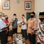 Marsono menerima Laporan Kegiatan Dewan Pendidikan Kabupaten Tulungagung Tahun 2015-2019 saat audiensi, Kamis (10/12).