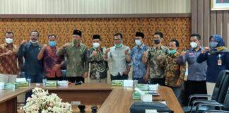 Pimpinan dewan dan komisioner KPU Tulungagung berfoto bersama usai hearing, Rabu (2/12) siang.