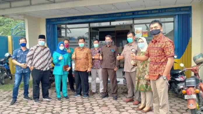 Pimpinan dan anggota Komisi C ketika mengunjungi Kantor Kas BPR Bank Tulungagung di Kecamatan Kauman, Senin (18/1).