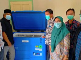 Pimpinan dan aggota Komisi C melihat kesiapan cold chian tempat penyimpanan vaksin di Kantor Dinkes Kabupaten Tulungagung, Rabu (20/1).