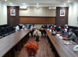 Yuwono saat menerima kedatangan pimpinan dan anggota Komisi A dan Komisi B DPRD Kabupaten Blora di Ruang Aspirasi Kantor DPRD Tulungagung, Rabu (20/1).
