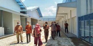 Pimpinan dan anggota Komisi C saat melihat bangunan dan penataan kios di Pasar Rakyat Ngunut, Selasa (12/2).
