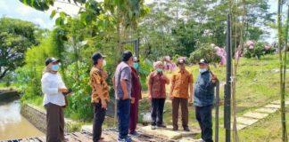 Pimpinan dan anggota Komisi C didampingi Direktur PDAU Tulungagung, Sudigdo, saat melakukan peninjauan perkembangan perkebunan terpadu di Desa Bungur Kecamatan Karangrejo, Kamis (14/1).