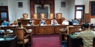 Komisi A saat menggelar hearing permasalahan pengisian perangkat Desa Batangsaren dan Desa Kates Kecamatan Kauman di Ruang Graha Wicaksana Kantor DPRD Tulungagung, Jumat (15/1).
