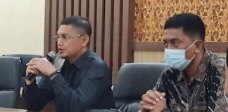 Sofyan Heryanto menjawab pertanyaan saat menerima kedatangan pimpinan dan anggota Komisi III DPRD Kabupaten Nganjuk, Selasa (26/1).