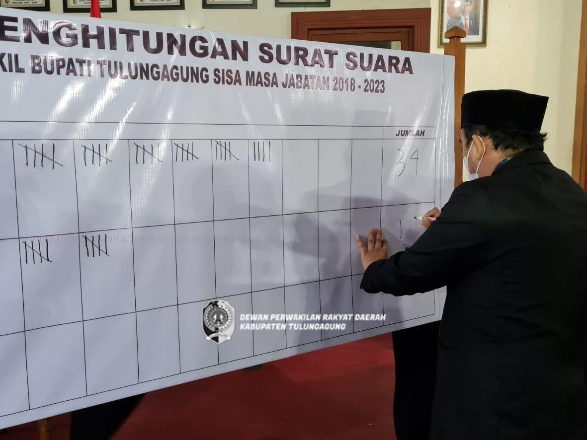 Anggota Pansuslih saat melakukan penghitungan suara dengan melihat keabsahan surat suara yang dicoblos.
