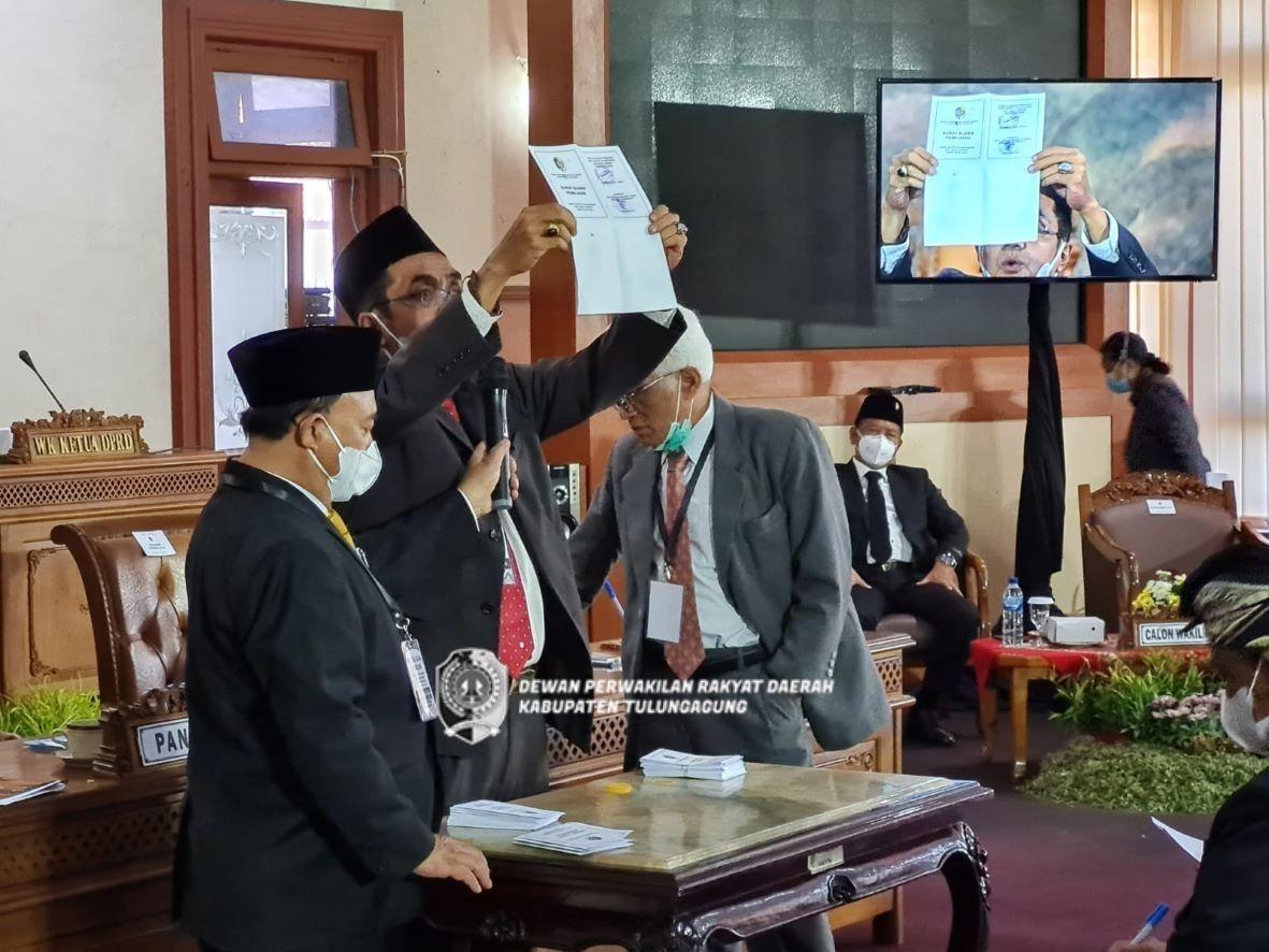 Hasil akhir penghitungan surat suara memperlihatkan Cawabup Gatut Sunu memperoleh 34 Suara dan Cawabup Panhis memperoleh 15 suara.
