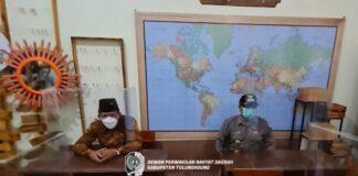 Marsono dan Bupati Maryoto Birowo mencoba bangku siswa di SDN 1 Kampung Dalem, Rabu (8/9).
