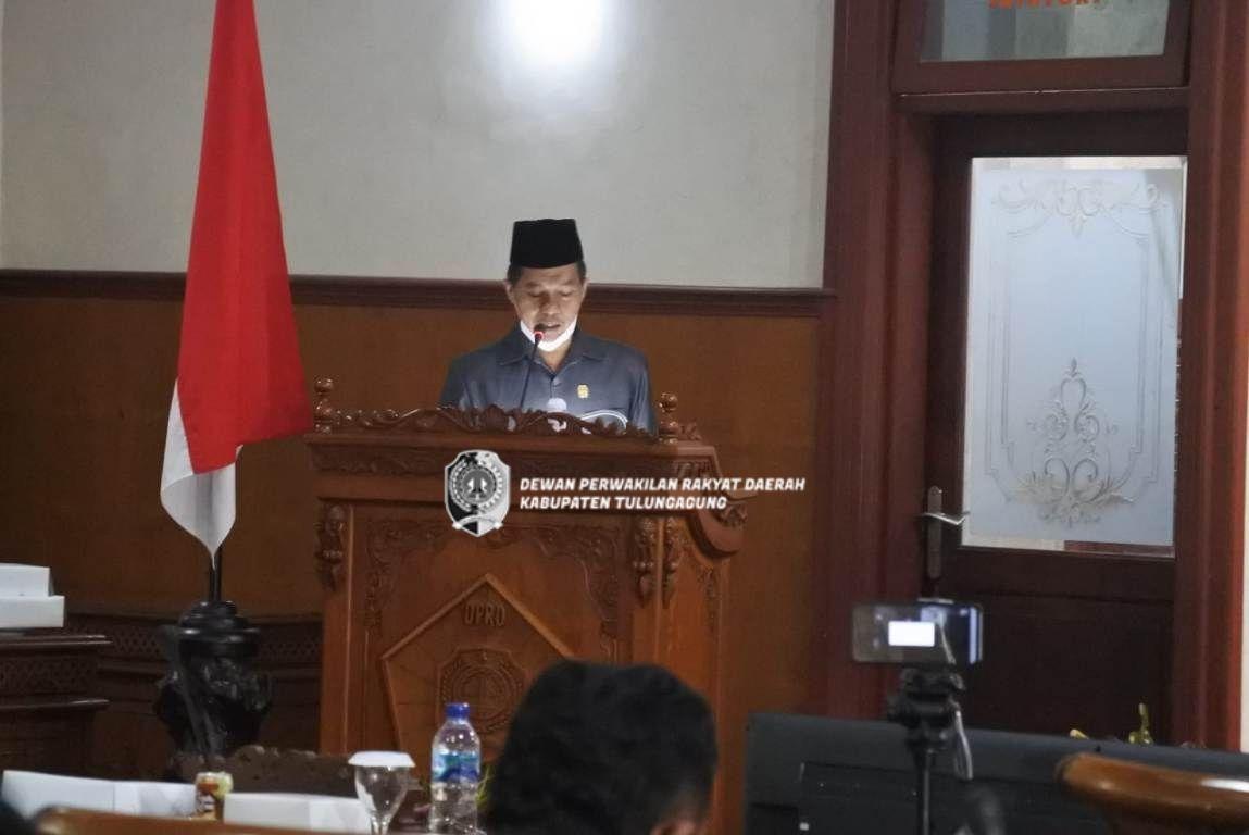 Nurhamim saat membacakan pandangan akhir fraksinya dan mewakili seluruh fraksi di DPRD Tulungagung untuk mempersingkat waktu jalannya rapat paripurna karena masih dalam masa pandemi Covid-19.