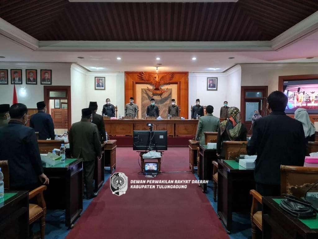 Semua yang hadir dalam rapat paripurna menyanyikan lagu kebangsaan Indonesia Raya saat rapat dimulai.