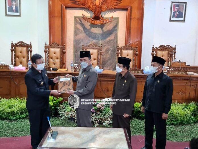 Marsono menyerahkan berita acara penetapan Perda Perubahan APBD Tahun Anggaran 2021 pada Bupati Tulungagung, Maryoto Birowo,didampingi para Wakil Ketua DPRD Tulungagung, Sabtu (25/9).