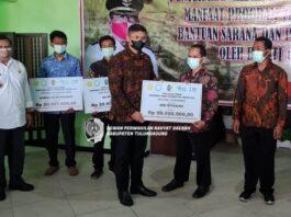 Sofyan Heryanto menyerahkan dana hibah program YESS pada salah seorang petani muda, Kamis (30/9).