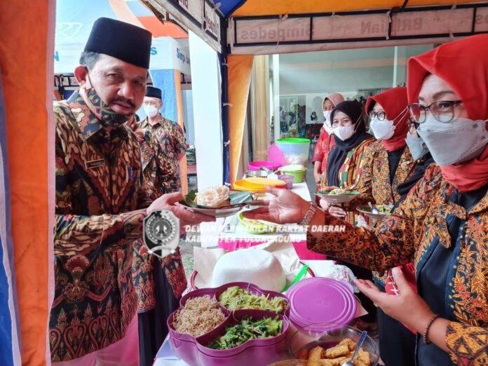 Marsono mencoba salah satu menu saat makan siang di Warung Ikhlas, Rabu (6/10).