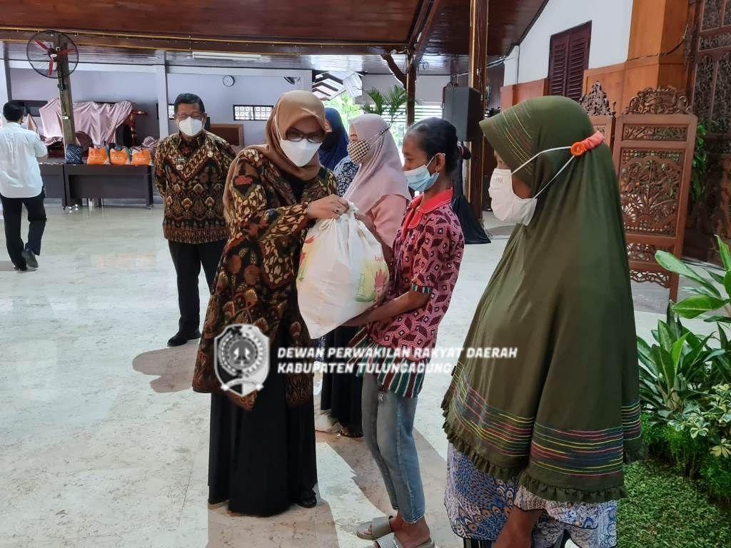 Susiowati saat ikut menyerahkan bantuan sembako pada pelaku UMKM di Pendopo Kongas Arum Kusumaning Bongso, Rabu (6/10).