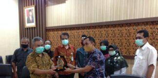 Heru Santoso memberi cinderamata pada Nono Rohana seusai pertemuan di Ruang Aspirasi Kantor DPRD Tulungagung, Rabu (5/8).
