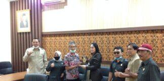 Yuwono dan Stin Sahyutri saling memberikan cinderamata usai pertemuan di Ruang Aspirasi Kantor DPRD Tulungagung, Jumat (28/8).