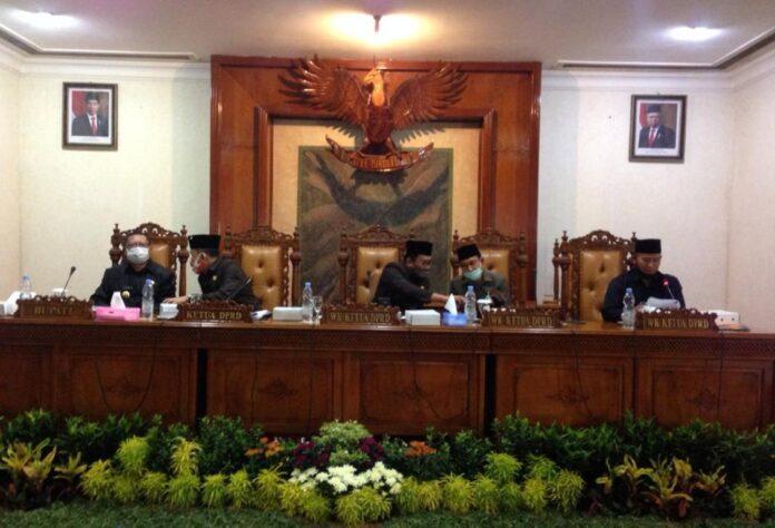 Wakil Ketua DPRD Tulungagung, Ahmad Baharudin (paling kanan), saat membacakan nama-nama anggota pansus saat rapat paripurna, Selasa (8/9).