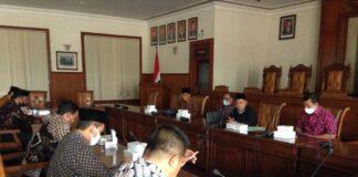 Ali Munib memimpin pertemuan kunjungan pimpinan dan anggota Pansus II DPRD Kabupaten Banjarnegara, Kamis (24/9).