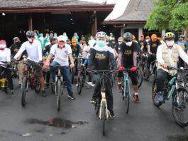 Marsono saat bersama Gubernur Khofifah mengawali gowes bareng dari Pendopo Kongas Arum Kusumaning Bongso, Minggu (13/9).