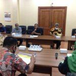 Heru Santoso (tengah) saat memimpin rapat pembahasan raperda bersama tim asistensi pembahas ranperda Pemkab Tulungagung di Ruang Aspirasi Kantor DPRD Tulungagung, Selasa (22/9).
