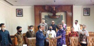 Gunawan dan Agus Riyadi saling memberi cinderamata usai pertemuan di Ruang Graha Wicaksana Kantor DPRD Tulungagung, Kamis (20/10).