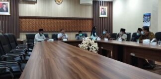 Ahmad Baharudin menyambut kedatangan pimpinan dan anggota Banggar DPRD Kabupaten Trenggalek di Ruang Aspirasi Kantor DPRD Tulungagung, Jumat (29/1).