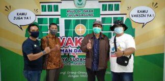 Asrori, Subani Sirab, Adrianto dan Heru Santoso berfoto bersama usai divaksin Covid-19 di Gedung Graha Hita Husada RSUD dr Iskak Tulungagung, Jumat (26/2).