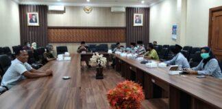 Marsono memimpin rapat penyampaian pelaksanaan vaksinasi Covid-19 bagi anggota DPRD Tulungagung, Kamis (18/2).