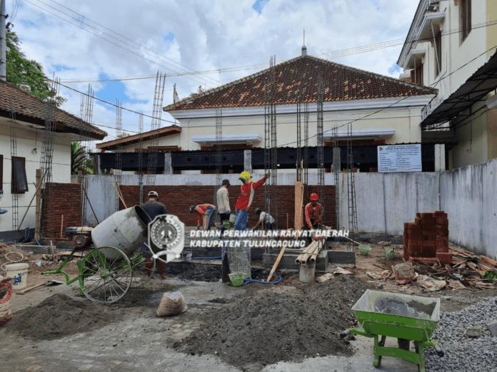 Pekerja tengah membangun musala yang lokasinya di sisi utara halaman Kantor DPRD Tulungagung, Jumat (3/9).