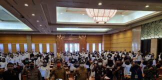 Renno (paling kiri depan) bersama dengan Bupati Maryoto Birowo dan anggota Forkopimda menyemangati peserta ujian SKD CPNS Pemkab Tulungagung, Senin (20/9).