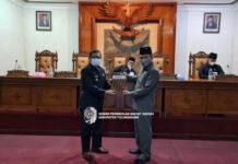 Bupati Maryoto Birowo menyerahkan Ranperda Perubahan APBD tahun anggaran 2021 pada Marsono dalam rapat paripurna, Sabtu (11/9) malam.